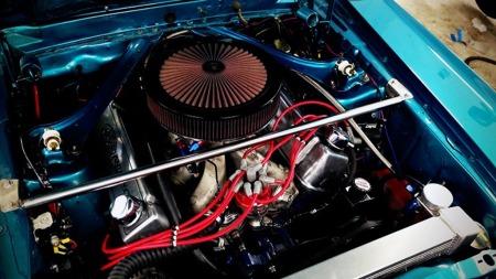Ikke mange biler har over 9 liters volum i motoren, og man kan nesten ikke forestille seg hvilket moment denne kraftpakken må utvikle. (Foto: Finn.no)