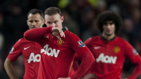 SKUFFEDE UNITED-GUTTER: Wayne Rooney, Ryan Giggs og Marouane Fellaini er skuffet etter 0-1 mot Everton. (Foto: Jon Super, Ap)
