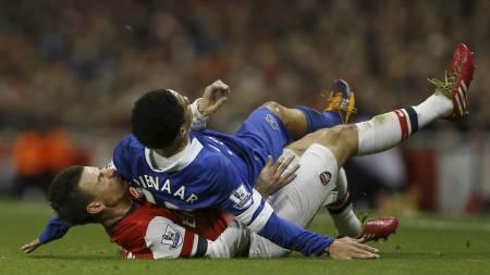 TØFFE TAK: Laurent Koscielny i duell med Steven Pienaar under Premier League-kampen på Emirates. (Foto: Kirsty Wigglesworth/Ap)