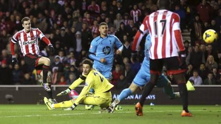 LEDELSE: Adam Johnson ga Sunderland overtaket mot Tottenham etter Lloris-tabbe. (Foto: Ian MacNicol/Afp)