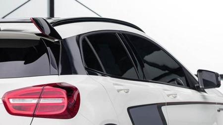 Heftig takspoiler må til for å sikre veigrepet når en kompakt SUV får 360 hk å hanskes med. Kommende Mercedes GLA 45 AMG blir en skikkelig råtass ...