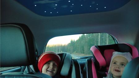 Så gøy er det å kjøre bil med stjernetak. Magnus (4) og Anna Sofie (3) har funnet en ny bilfavoritt!