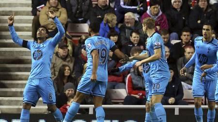 UTLIGNET: Tottenham-spillerne feirer Paulinhos utligningsmål. (Foto: Ian MacNicol/Afp)