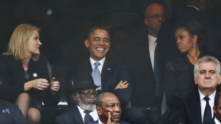 Helle Thorning-Schmidt satt sammen Barack Obama og hans kone Michelle under minnestunden for Nelson Mandela tirsdag.  (Foto: AP Photo/Matt Dunham)