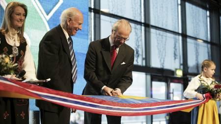 MED SVENSKEKONGEN: Kong Carl Gustaf åpnet Thons kjøpesenter i Töcksfors i 2005. (Foto: Lund, Øyvind/NTB scanpix)