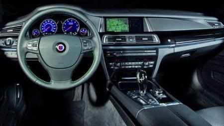 Slik ser det ut bak rattet i en ikke helt vanlig BMW 7-serie. Her har du krefter nok til å sette selv M5 på plass ut av lyskrysset ...