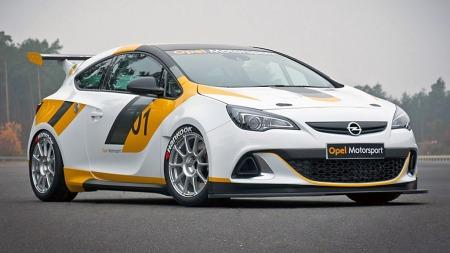 De klassiske fargene til Opel Motorsport, hvitt med striper i gult, antrasitt og sort, er tilbake igjen denne sesongen både på raceriggede Adamer og Astraer (bildet). (Foto: GM)
