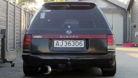 Dimensjonen på eksosrøret avslører at det nok har vært noen her og justert litt etter at Subarus fabrikkansatte anså seg ferdige med denne bilen i 1992. (Foto: Privat)