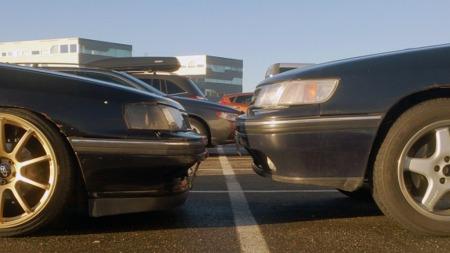 Subaruen (til venstre) er blitt adskillig lavere med den behandlingen den har fått av Gunnar. Hvor stor forskjellen er ser man først når den parkeres rett ved siden av en bil med normal høyde. (Foto: Privat)