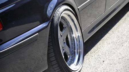 Få biler har så god plass til, og ser så bra ut med brede bakdekk som BMWs 5-serie. På denne M5en kommer det ekstra grepet godt med, også. (Foto: Privat)