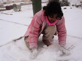 En jente lager snøball Nord i Sinai i Egypt 14. desember. (Foto: Reuters)