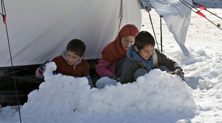 Unger i en flyktningeleir i Arsal øst i Libanon lager snøborg 15. desember. (Foto: AP Photo/Bilal Hussein)