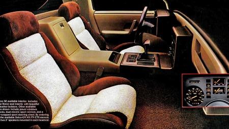 Interiøret var ikke spesielt rommelig i bilen, men man satt godt, og kunne få noe så sært som integrerte høyttalere i nakkestøttene om man ville. Dashboardet var på typisk tidsmessig manér oppdelt i firkantede moduler.