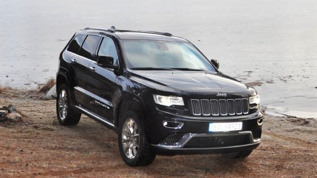 Jeep Grand Cherokee forfra ved vannet