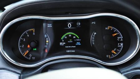 Den nye skjermen som erstatter speedometer og turteller er veldig brukervennlig og informativ.