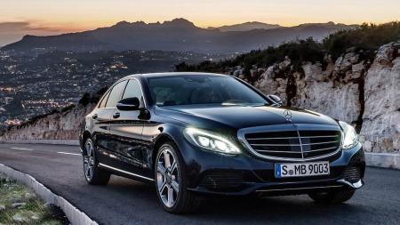 Nye Mercedes C-klasse minner om en mer kompakt og sportslig versjon av S-klassen.