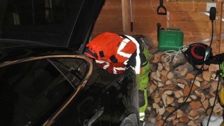 Redningsbilen er på plass - og skal forsøke å få løs dekselet til ladepunktet på bilen - fra innsiden!