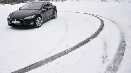 Finn et egnet sted å slå av ESPen - og du kan få det riktig så morsomt. Men egentlig er det naturligvis for å finne ut mer om hvordan bilen fungerer på vinterføre ...