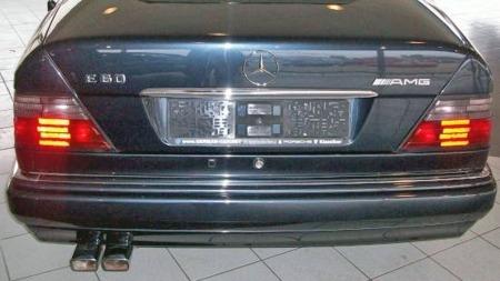 Denne betegnelsen ser du ikke ofte - og  vi tipper at du ikke har sett den på en bil i Norge  før. AMG fikk en del oppdrag om å foredle allerede registrerte E500 til E60 AMG-spesifikasjon, men denne er en av bare 12 som ble bestilt slik fra fabrikken. (Foto: Finn.no)