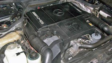 Mercedes sin anerkjente M119-motor, altså 5-liters V8en, ga 326 hester i orignialutførelse i E500-modellen. AMG økte volumet til 6 liter, økte hestene til 381, og krympet 0-100-tiden fra 5,9 til 5,2 sekunder. (Foto: Finn.no)