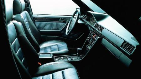 Ergonomien var god, og bilene gjenkjennelige også på innsiden helt fra den billigste til den dyreste. Bortsett fra det sorte treverket og det tofargede skinnet som identifiserer denne bilen som en svært sjelden