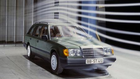 W124 fulgte mye av samme oppskrift som nye kompakte 190, som kom året før. Dermed fikk også den rekordlav luftmotstand, som bidro til lavt forbruk. Blant de tidlige modellene var faktisk firesylindrede 230 E og sekssylindrede 300 E oppgitt til samme landeveisforbruk.