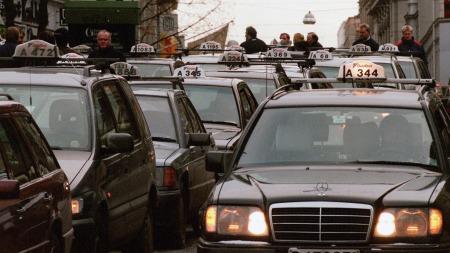 Så sent som i 1999, da dette bildet ble tatt, dominerte 124-bilene på  taxiholdeplassene i Oslo. Da var det allerede tre år siden den siste ble produsert. (Foto: Lise Åserud, SCANPIX)