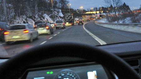 Et par kilometer før avkjørselen til Slemmestad og Drøbak er trafikken blitt tett - og det flytter seg veldig sakte i de to kjørefeltene til venstre. I kollektivfeltet derimot ...