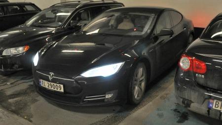 Endelig - bilen er på plass. Riktignok fant jeg ingen ledige plasser med lading, men det gjorde heller ikke noe. Teslaen klarer fint tur/retur Oslo - ca 150 km - uten å lades og helt fritt for rekkeviddeangst.