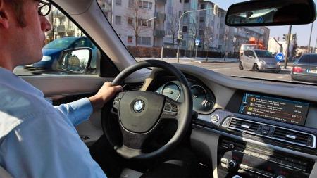 Her testes systemet - på skjermen vises ulike forslag til aktuelle aktiviteter/tilbud i nærheten av bilen.