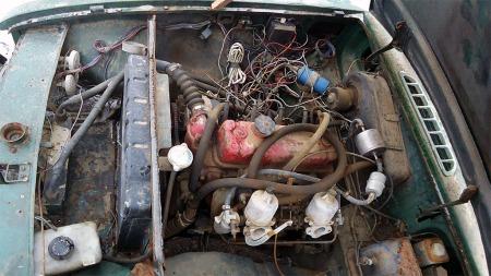 Klassisk motor som på typisk engelsk vis er utstyrt med to SU-forgassere. Ledningsfloken derimot skal ikke være slik.  (Foto: eBay)