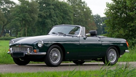 Det finnes langt råere sportsbiler, men ikke så mange som er mere klassiske enn en grønn MG med eierhjul. Illustrasjonsbilde.