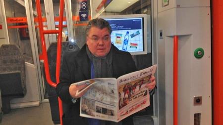 Morten Wold koser seg med avisen på toget og oppdaterer seg på dagens nyheter, mens jeg bryner meg på rushtrafikken inn mot hovedstaden.