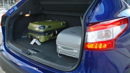 Bagasjerommer har ingen problemer med å svelge unna håndbagasje-koffertene til to biljournalister på tur. Men når en hel familie skal på tur, må det pakkes med litt omhu her.