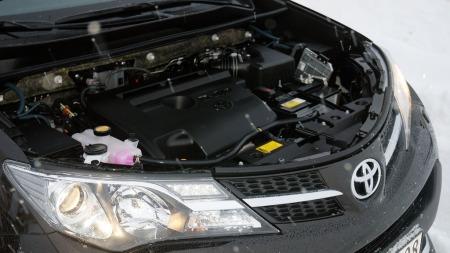Under panseret finner vi hovedårsaken til prisreduksjonen.  Nemlig en 2-liter diesel på 124 hk, som vi kjenner i fra blant annet Toyota Avensis  (Foto: Benny Christensen)