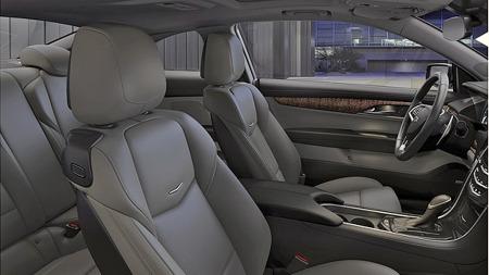 Uten at vi har mål som sier noe om plassforholdene, er det ingen tilfeldighet at bilen minner om BMW 4-serie og Audi A5 innvendig. Buet tak begrenser nok høyden i baksetet, men sitteputene i de skålede baksetene ser tilsvarende lave ut.