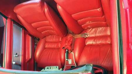 Interiøret har fått stoler fra en adskillig nyere bil - muligens   også en Corvette, der ryggene dog er blitt skåret ned i høyde for å se   eldre ut. Håndbrekk mellom setene kom også først på 1967-modellen. (Foto:   Craigslist.com)