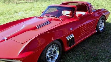 Det er gjort omfattende forandringer på Corvettens karosseri.   Standard sportsspeil fra GMs 1970-tallsbiler og aluminiumshjul av samme   type som ofte brukes på vans virker litt