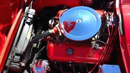 Motoren i bilen er en 396 kubikktommers, eller 6,4 liters, V8   - den første big block-motoren som kunne leveres i Corvette fra 1965.   Den er litt oppskremt, men annonsen sier ikke noe om antall hester. (Foto:   Craigslist.com)