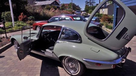 En E-type er en ganske tøff utfordring for den estetiske sansen - enten liker du den eller ikke. Selgeren av denne bilen ser ut til å ha et ganske avklart forhold til produktene fra Jaguar. (Foto: Finn.no)
