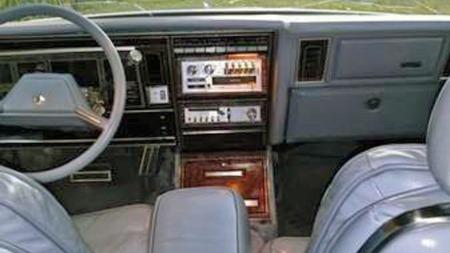 Skinnet både på setene og rattet virker helt, dashboardet fritt   for sprekker, og Sinatra-versjonens unike midtkonsoll er på plass. Man   kunne frykte mye dårligere tilstand til denne prisen. (Foto: Craigslist.com)