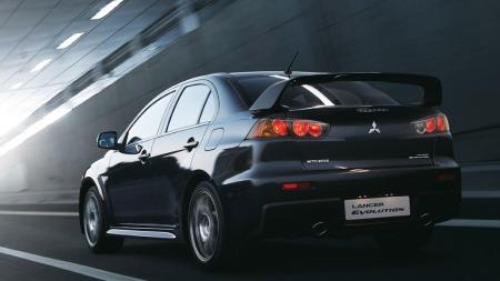 Den karakteristiske vingen er naturligvis på plass - dette er umiskjennelig Mitsubishi EVO.
