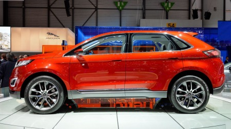 Sterkt skrånende bakluke er med på å kamuflere størrelsen litt, sett fra siden. Det understreker også at Ford med Edge vil ha en av de mer sporty SUV-ene på markedet, alt handler ikke om mest mulig innvendig plass.