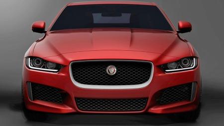 Lavt, aggressivt - og samtidig moderne. Slik ser fronten på kommende Jaguar XE ut. Dette blir en uhyre viktig bil for Jaguar.