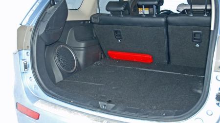 Bagasjerommet imponerer ikke i forhold til bilstørrelsen. I hybrid-utgaven av Outlander er de to bakerste setene droppet, for å gi plass til hybridløsningen.