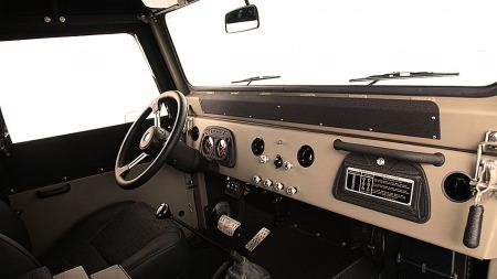 Her er det nå automatgir, aircondition og luftsperrer. Det var det ikke i 1962.  (Foto: Automarin)
