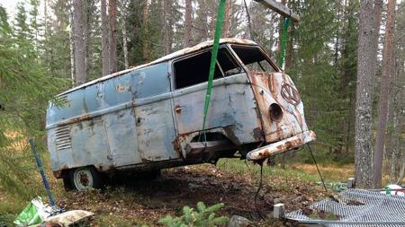 Man kan ikke påstå at bilen hadde blitt bedre av å tjene som hvilebrakke i skogen i 50 år. Men den var ikke så dårlig som man skulle tro, sier den optimistiske eieren. (Foto: Privat)