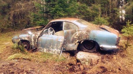 Slik står bilen i dag, etter at det er ryddet opp litt rundt den de siste dagene. Og nå står altså en ny eier og tripper i Stavanger. Snart skal bilen hentes - og du får følge historien videre her på Broom.no. (Foto: Carl Petter Vik Haugen)