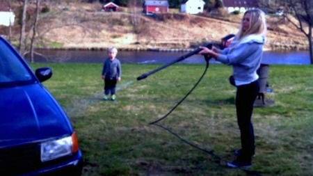 Malin og sønnen vasker VW Poloen før dekkene skal monteres  (Foto: malinberaas.blogg.no)