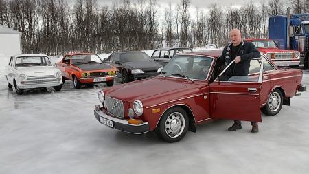 Harald Nygård, som driver Berglunds bilelektro på Silsand, foran et knippe av sine spesielle biler.  (Foto: Stein Wilhelmsen, Nordlys)